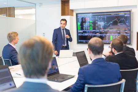Homme d'affaires qui parle en salle de conférence. Exécutif d'entreprise présentant une présentation aux partenaires commerciaux lors d'une réunion d'affaires. Concept d'entreprise.