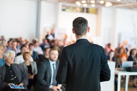 Referent geben ein Gespräch auf Corporate Business Conference . Publikum am Konferenzsaal . Business und Entrepreneurship Veranstaltung