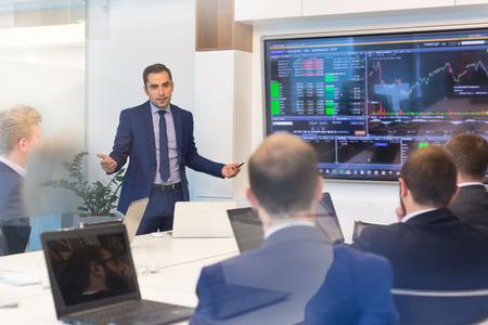 Empresario dar una charla en la sala de conferencias. Empresario entrega de presentación a los socios comerciales durante la reunión de negocios. Concepto de negocio corporativo. Foto de archivo