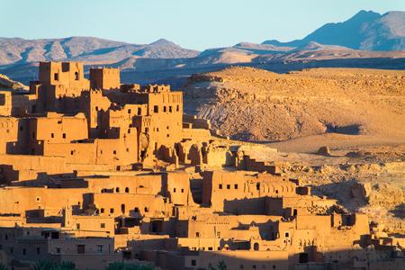 Ait Benhaddou, befestigte Stadt, Kasbah oder Ksar, entlang der ehemaligen Karawanenstraße zwischen Sahara und Marrakesch im heutigen Marokko. Es befindet sich in Souss Massa Draa auf einem Hügel am Ounila River. Standard-Bild - 87634913
