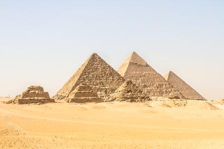 Gizeh-Pyramiden in Kairo, Ägypten. Gesamtansicht der Pyramiden von der Gizeh-Hochebene Drei Pyramiden, die auf der Vorderseite als Königinnenpyramiden bekannt sind. Weiter in der Reihenfolge von links, die Pyramide von Menkaure, Khafre und Chufu Standard-Bild