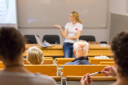 강사는 응급 처치 심폐 소생술 과정을 가르치고 노인을위한 자발적인 공공 워크숍에서 자동 체외 형 제세 동기 사용.