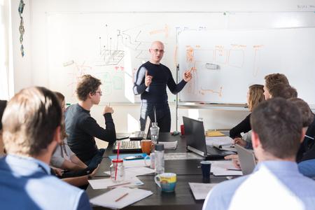 Zrelaksowany nieformalne spotkanie firmowe w branży IT. Lider zespołu omawiając i burzy mózgów nad nowymi podejściami i pomysłami z kolegami. Koncepcja przedsiębiorczości i przedsiębiorczości. Zdjęcie Seryjne