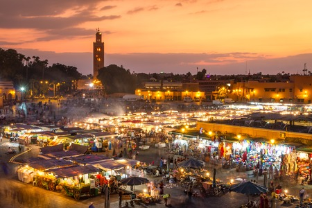 Place du marché Jamaa el Fna, Marrakech, Maroc, Afrique du Nord. Jemaa el-Fnaa, Djema el-Fna ou Djemaa el-Fnaa est une place célèbre et un marché dans le quartier de la Médina de Marrakech.