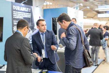 Ljubljana, Slowenien - 8. September: Unternehmensvertreter, die auf dem 12. Winfocus-Weltkongress am 8. September 2016 in Ljubljana, Slowenien, neue Geräte für die Ultraschalldiagnostik in der Medizin vermarkten.