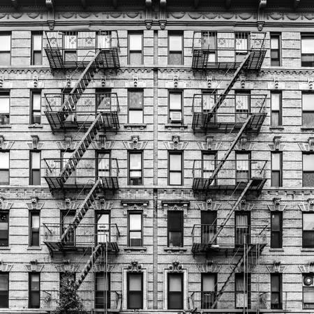 Une sortie de secours d'un immeuble à New York. Image graphique en noir et blanc.