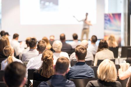 Głośnik wygłasza przemówienie w sali konferencyjnej podczas wydarzenia biznesowego. Publiczność w sali konferencyjnej. Koncepcja biznesu i przedsiębiorczości. Skoncentruj się na nierozpoznawalnych ludziach na widowni.