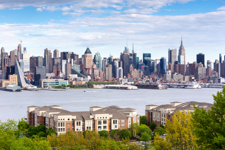 New York City midtown Manhattan skyline panorama view from Boulevard East Old Glory Park over Hudson River. 免版税图像