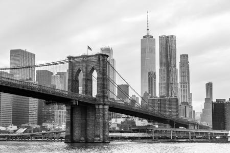 Brooklyn Bridge en Manhattan skyline in zwart-wit, New York City, Verenigde Staten. Stockfoto