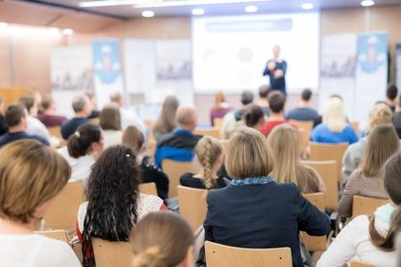 Prelegent wygłaszający wykład w sali konferencyjnej na imprezie biznesowej. Publiczność w sali konferencyjnej. Koncepcja biznesu i przedsiębiorczości. Skoncentruj się na nierozpoznawalnych osobach wśród publiczności. Zdjęcie Seryjne