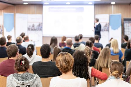 Publikum im Konferenzsaal. Sprecher, der einen Vortrag im Konferenzsaal bei einer Geschäftsveranstaltung hält. Geschäfts- und Unternehmerkonzept. Objektivfokus auf Personen im Publikum von hinten.