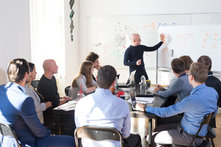 Réunion informelle détendue d'une entreprise de démarrage d'entreprise informatique. Chef d'équipe discutant et remue-méninges de nouvelles approches et idées avec des collègues. Concept d'entreprise et d'entrepreneuriat de démarrage.
