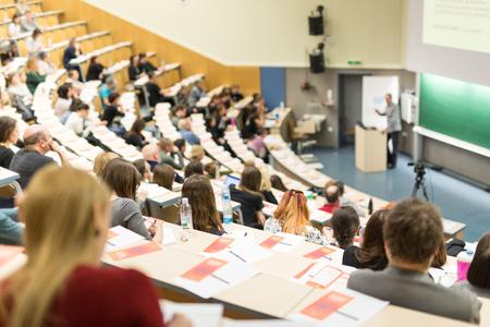 Conferencia y Presentación. Audiencia en la sala de conferencias. Empresa y Emprendimiento. Conferencia y taller del profesorado. Audiencia en la sala de conferencias. Educación académica. Estudiante tomando notas. Foto de archivo