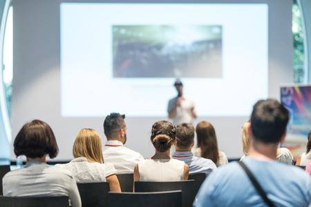 Orateur donnant une conférence dans la salle de conférence lors d'un événement d'affaires. Audience dans la salle de conférence. Concept d'entreprise et d'entrepreneuriat. Concentrez-vous sur les personnes méconnaissables dans le public. Banque d'images