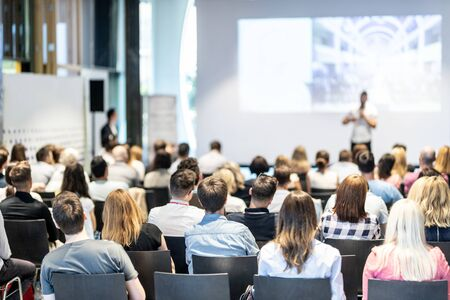 Public à la salle de conférence. Orateur masculin donnant une conférence dans la salle de conférence lors d'un événement commercial. Concept d'entreprise et d'entrepreneuriat. Concentrez-vous sur les personnes méconnaissables dans le public. Banque d'images