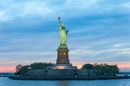 Freiheitsstatue in der Abenddämmerung, New York City, USA.