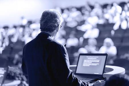 Spreker op zakelijke conferentie met openbare presentaties. Publiek in de conferentiezaal. Ondernemersclub. Achteraanzicht. Horizontale compositie. Achtergrond vervagen. Stockfoto