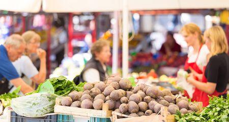 Puesto en el mercado de agricultores con variedad de vegetales orgánicos.