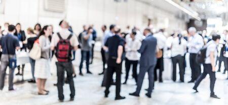 Verschwommenes Bild von Geschäftsleuten bei Kaffeepause beim Konferenztreffen. Geschäft und Unternehmertum.
