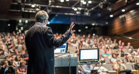企業ビジネス会議について講演する講演者。会議場の聴衆の認識できない人々。ビジネスと起業家精神イベント。
