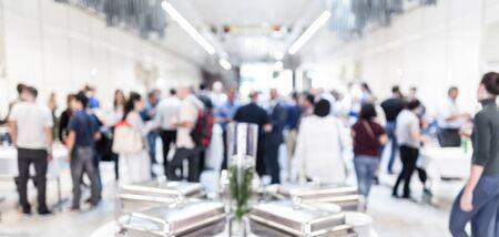 Bluredbeeld van zakenlui bij koffiepauze op conferentievergadering. Bedrijfsleven en ondernemerschap.