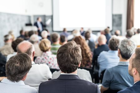 Ponente dando una charla en la sala de conferencias en el evento empresarial. Audiencia en la sala de conferencias. Concepto de negocio y emprendimiento. Concéntrese en personas irreconocibles en la audiencia.