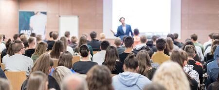 Spreker geeft een lezing in de conferentiezaal op een zakelijk evenement.