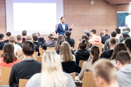 Prelegent wygłaszający wykład w sali konferencyjnej na imprezie biznesowej. Publiczność w sali konferencyjnej. Koncepcja biznesu i przedsiębiorczości. Skoncentruj się na nierozpoznawalnych osobach wśród publiczności.