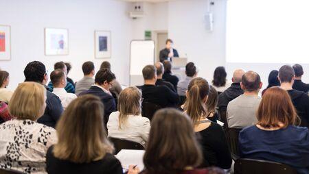 Prelegent wygłaszający wykład w sali konferencyjnej na imprezie biznesowej.
