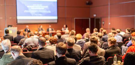 Round-Table-Diskussion auf Geschäftskongress und Präsentation. Publikum im Konferenzsaal. Symposium für Wirtschaft und Unternehmertum.