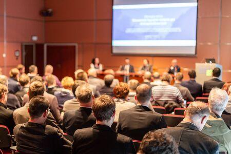 Conférence d'affaires et présentation. Public à la salle de conférence.