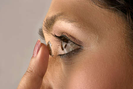 contact lenses: chica usando lentes de contacto  Foto de archivo