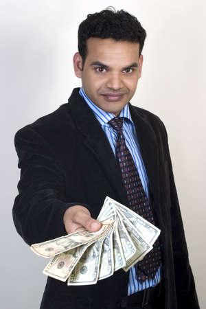 cash in hand: joven dando dinero,