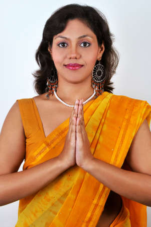 namaste: Atractiva mujer India en pose de la recepci�n tradicional que se llama, Namaste.  Foto de archivo