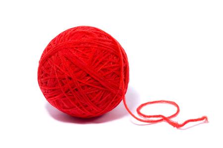 gomitolo di lana rosso per lavorare a maglia, isolare, artigianato fatto in casa