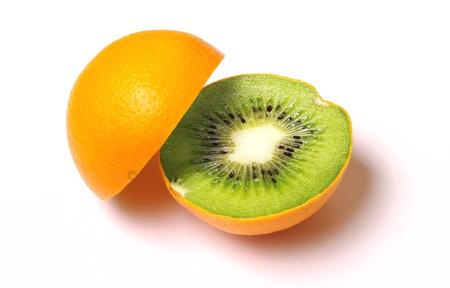Naranja con kiwi en el interior aislado en blanco