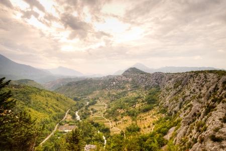valley view: valle di montagna vista della centrale elettrica