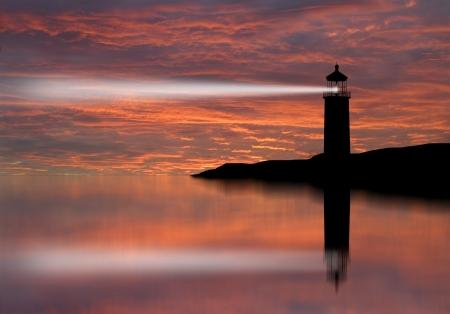 Haz del reflector Faro a través del aire marino en la noche Foto de archivo