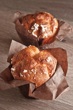 appetiying muffins on the table Imagens