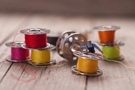 empleada domestica: Pequeño trabajador prepara el material para coser. Adaptación de concepto. Foto de archivo