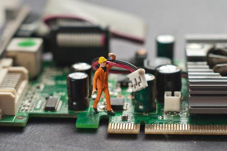 ingeniero electrico: Ingeniero que repara la tarjeta de circuitos. Concepto de reparación de computadoras