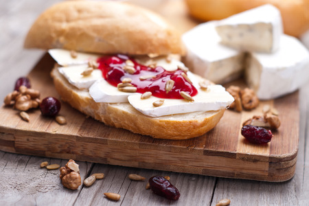substrate: bread served with camembert and cranberry
