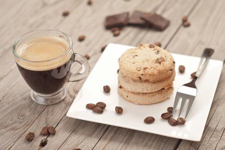 Tasse Espresso und Schokoladenkekse Standard-Bild - 32931473