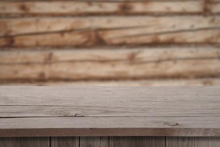 madera r�stica: Vacaciones de Navidad o fondo del partido con mesa cubierta de madera vac�a sobre bokeh festivo. Listo para el montaje del producto