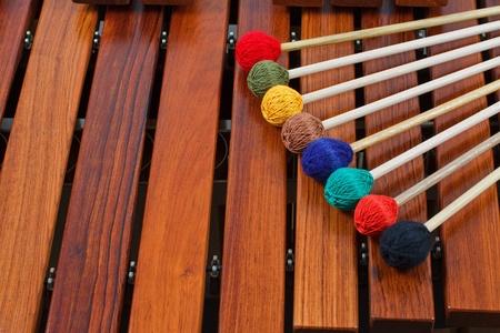 xilofono: Primer plano de mazos de madera de colores en una marimba