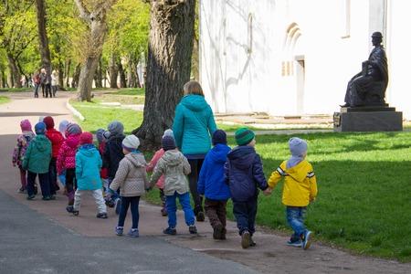 Bambini al escursioni, tenendosi per mano, vista posteriore a Ucraina