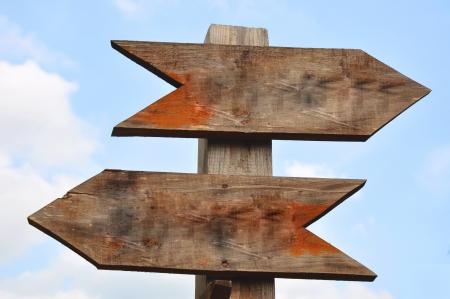 Twee houten richting tekenen. Op deze manier - die manier. Keuzes