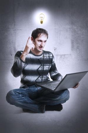 freiberufler: Mann - Programmer oder Freiberufler mit Gl�hbirne �ber Kopf und Laptop-Computer, lifted Finger nach oben (zeigen). Er fand eine geniale Entscheidung der Internet-problem