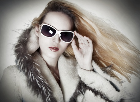 sheepskin: Retrato de moda de mujer seductora glamour en el dise�adores de gafas de sol