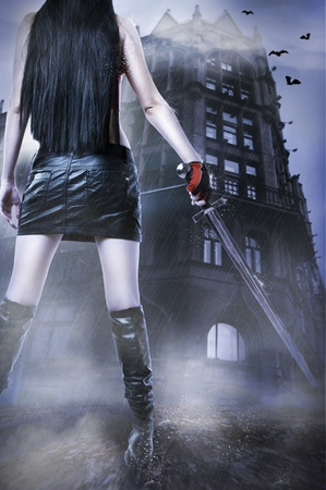 espadas medievales: Retrato de fantas�a de moda de desconocidos incre�ble sexy mujer con espada medieval permanecer sobre la antigua casa por lluvia.  Foto de archivo
